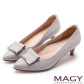 MAGY OL通勤專屬 金屬點綴牛皮尖頭中跟鞋-灰色