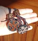 髮束髮圈 圓牌豹紋骰子水鑽時尚流行款(深橘、粉橘)兩色