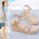 楔形涼鞋 仙女風坡跟涼鞋女夏新款百搭高跟水鉆防水台羅馬細帶厚底涼鞋 韓菲兒