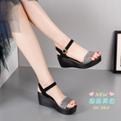 楔形涼鞋 一字帶高跟2020年新款女時裝涼鞋魚嘴亮片防水台粗跟涼鞋