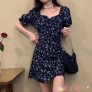 短袖洋裝 泡泡袖方領碎花連身裙女裝夏季2021新款法式復古設計感修身短裙子 愛丫 免運