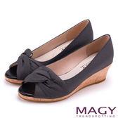 MAGY 成熟女人氣息 細緻設計素雅楔型露趾跟鞋-黑色