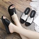 拖鞋女 媽媽拖鞋女夏外穿涼拖軟底防滑新款中老年時尚女士 街頭