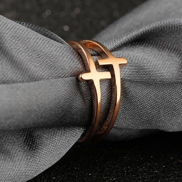 《 QBOX 》FASHION 飾品【R100N491】精緻氣質雙十字架玫瑰金鈦鋼戒指/戒環