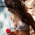 大膽的誘惑-穿透性蕾絲和性感的皺褶設計,夏日美感來自明亮的白色色調
