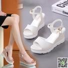 厚底涼鞋 網紅涼鞋2020新款女夏鬆糕厚底平底百搭韓版白色學生運動增高坡跟 小宅女