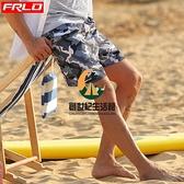 海邊度假沙灘褲男內襯款溫泉時尚寬鬆速干游泳褲迷彩藍色四分短褲【創世紀生活館】