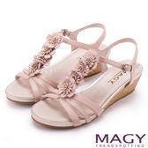 MAGY 甜美氛圍 牛皮花朵T字踝帶楔型涼鞋-粉紅