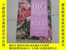 二手書博民逛書店HOW罕見TO HAVE A BIG WEDDING ON A