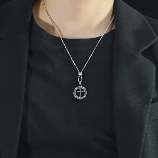 《QBOX 》FASHION 飾品【C21N1885】精緻個性歐美潮流鏤空八邊形十字架鈦鋼墬子項鍊/掛飾