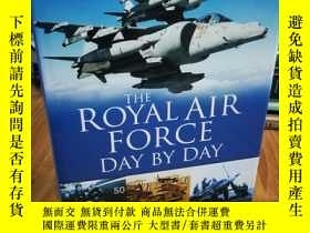 二手書博民逛書店The罕見Royal Air Force Day by Day【
