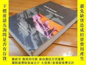 二手書博民逛書店Beyond罕見Document, Essays on Nonf