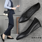 工作鞋女尖頭平底軟底職業內增高皮鞋黑色大碼單鞋【時尚大衣櫥】