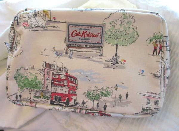 *禎的家* 英國 Cath Kidston 中型手拿包* 英倫插畫風景款 ~限量發售