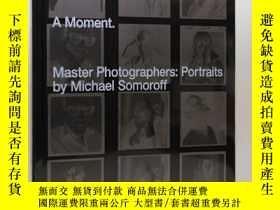 二手書博民逛書店A罕見Moment. Master Photographers: Portraits by Michael Som