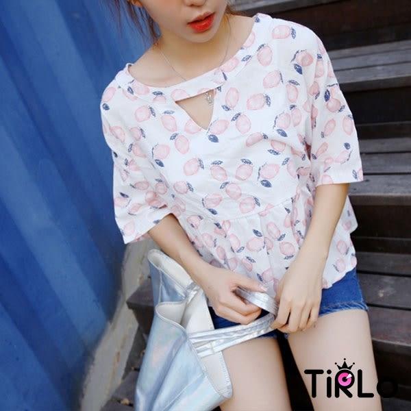 棉麻上衣-Tirlo-可愛滿版水果領口釦飾棉麻上衣-兩色