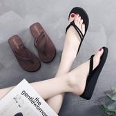 夾腳拖鞋 新款人字拖女夾腳涼拖鞋女夏外穿時尚防滑坡跟厚底海邊平底沙灘鞋 魔法鞋櫃