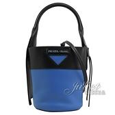 茱麗葉精品【全新現貨】PRADA 1BE015 壓印LOGO兩用迷你水桶包.藍/黑邊