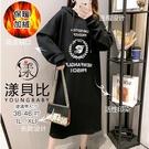 【YOUNGBABY中大碼】66桂冠印花英文連帽加絨加厚洋裝.黑
