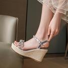 厚底涼鞋 可可鞋匠潮牌坡跟涼鞋女夏2021高跟厚底水鉆亮片一字帶蝴蝶結草編
