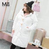 Miss38-(現貨)【A07286】大尺碼厚外套 白色 連帽防風 牛角扣拉鍊 填棉長版大衣 -中大尺碼