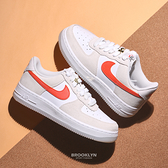 NIKE 休閒鞋 WMNS AF1 AIR FORCE 1 07 米白 橘勾 雙鞋帶 果凍底 金扣 女 (布魯克林) DA8302-101