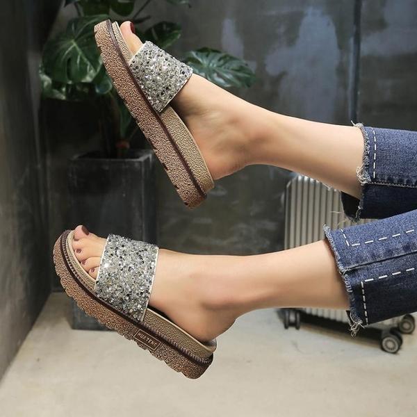 新款港風拖鞋女夏時尚外穿鬆糕厚底一字拖水鑚涼拖平底沙灘鞋  卡布奇諾