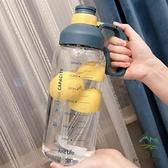 戶外運動水壺帶刻度塑料水杯子1.8L便攜水瓶吸管太空杯【步行者戶外生活館】