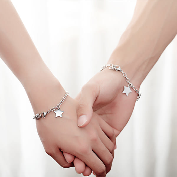 《 QBOX 》FASHION 飾品【B100N926】精緻個性情侶素面星星造型鈦鋼對鍊/手環(男/女款)