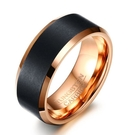 《 QBOX 》FASHION 飾品【RTCR-069】精緻個性黑色絲紋路玫瑰金鎢鋼戒指/戒環