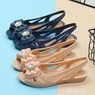 果凍涼鞋 夏季軟底時尚中老年媽媽涼鞋女塑料果凍鞋平跟防滑魚嘴鏤空沙灘鞋 韓菲兒