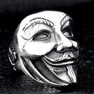 《 QBOX 》FASHION 飾品【R100BR8-208】精緻個性V字仇殺隊小丑面具鑄造鈦鋼戒指/戒環(二色)