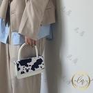 手提包 小眾設計奶牛紋毛毛鏈條斜跨包新款少女復古翻蓋手提單肩小包-限時折扣