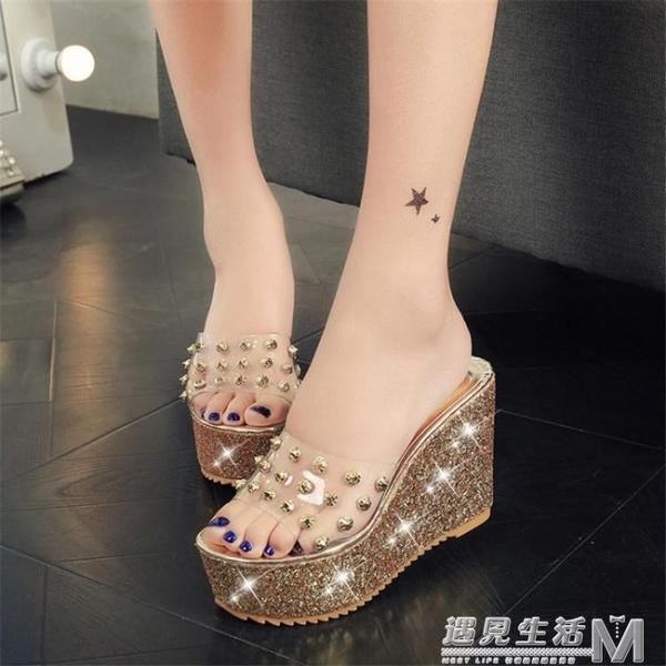 外穿涼拖鞋女夏季新款網紅水鑚透明一字拖防水台厚底楔形高跟女士涼鞋 遇见生活