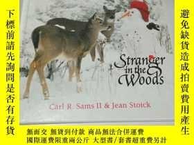 二手書博民逛書店stranger罕見in the woods (英文)Y2128