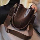 復古水桶包包女春季新款韓版潮港風寬帶大包包時尚側背斜背包 智慧 618狂歡