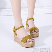 坡跟涼鞋夏天女式涼鞋坡跟厚底鬆糕底女鞋簡約平底一字扣高跟絨面鞋子 快速出貨