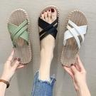 拖鞋女夏新款平底時尚百搭外出購物逛街清涼旅行海邊沙灘一字涼拖 怦然心動