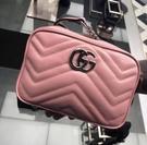 ▶2021 春夏新品■專櫃94折■Gucci 全新真品 GG Marmont Mini 粉色波浪紋絎縫相機包 野玫瑰淡粉色