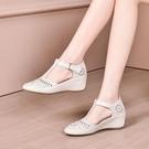 夏季新款舒適媽媽涼鞋女軟皮包頭內增高透氣...