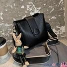熱賣水桶包 小眾質感包包女2021新款潮時尚百搭寬帶斜背包高級洋氣側背水桶包【618 狂歡】
