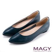 MAGY 清新氣質款 親膚舒適尖頭平底鞋-壓紋藍