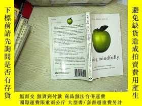二手書博民逛書店Eating罕見Mindfully: How to End Mindless Eating and Enjoy a