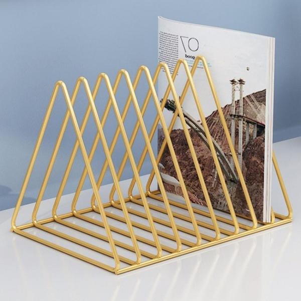 書架收納架辦公室桌面置物架鐵藝金屬簡易ins雜志桌上三角小書架 嬡孕哺