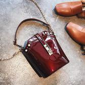 chic水桶包女新款時尚漆皮鉚釘手提單肩包韓版百搭鍊條斜背包     俏女孩