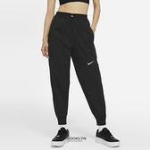 NIKE 長褲 NSW SWOOSH 黑 立體LOGO 慢跑 運動 女 (布魯克林) CZ8910-010