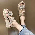 楔形涼鞋 花朵涼鞋女坡跟仙女風夏新款學生時尚百搭網紅鬆糕厚底羅馬鞋 韓菲兒