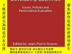 二手書博民逛書店Microfinance罕見In Developing Countries: Issues Policies An