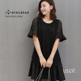 黑色洋裝--氣質優雅空花蕾絲荷葉袖拼接假兩件圓領短袖洋裝(黑M-2L)-D471眼圈熊中大尺碼