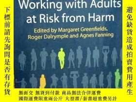二手書博民逛書店Working罕見with Adults at Risk fro
